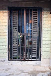 砖墙上的铁框架玻璃大门背景素材