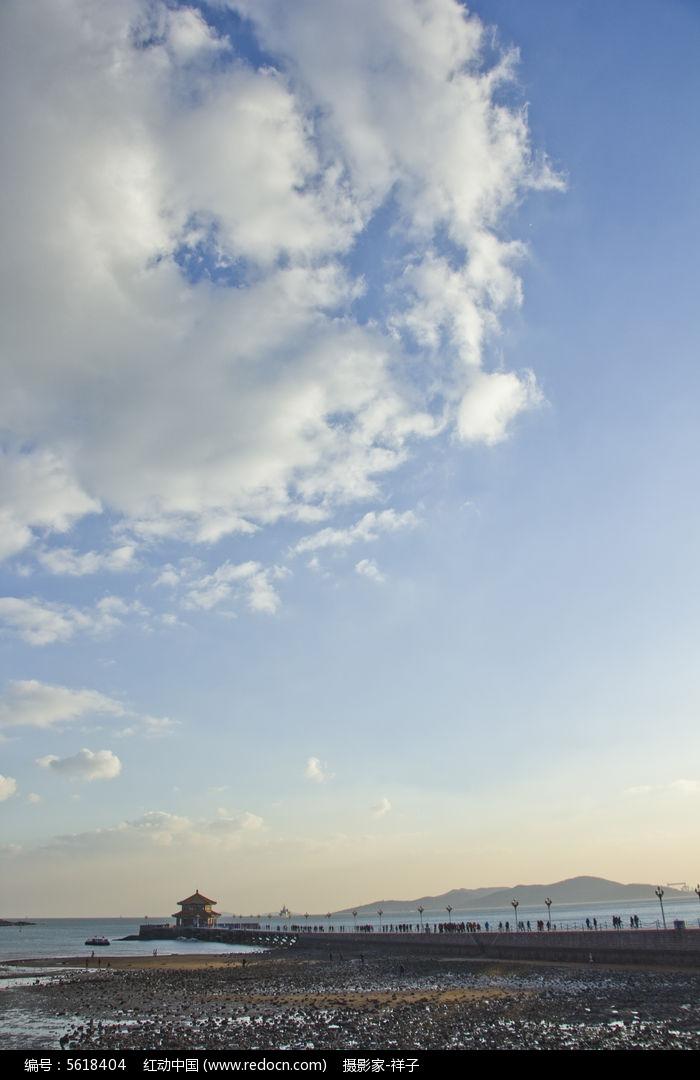 白云下的青岛栈桥图片