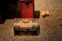 泥塑古代藤编手提箱