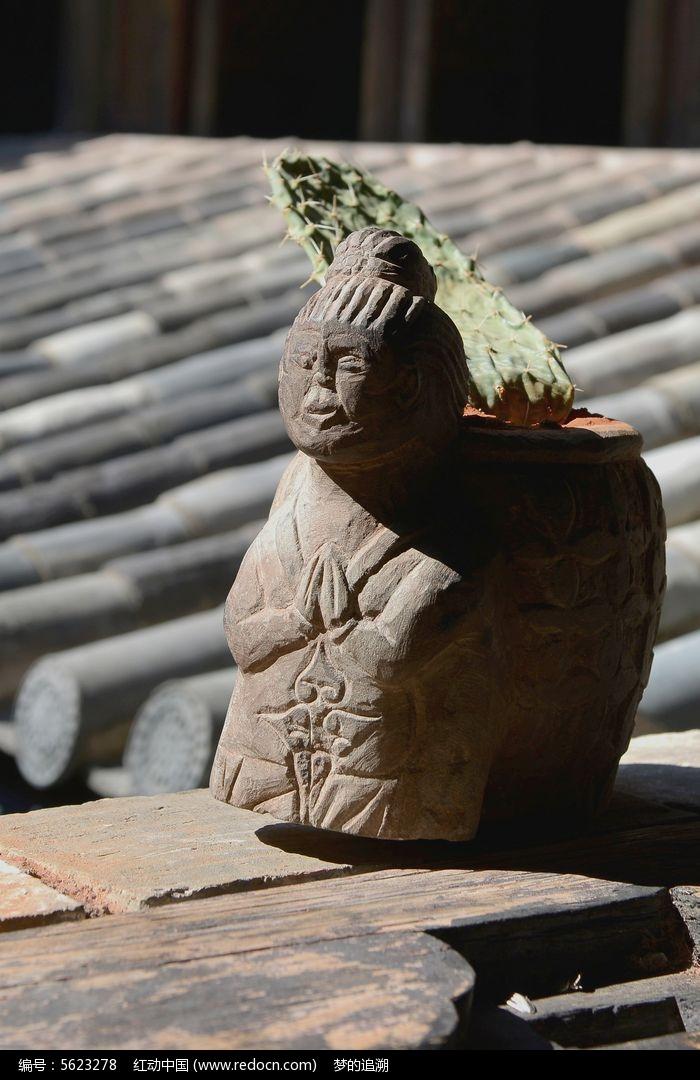 双手合十的木雕