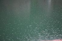下雨的湖面