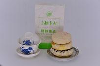 稻香村糕点与茶杯