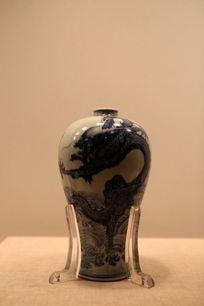 清代龙纹图案瓷瓶