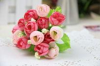 艳丽的塑料假花