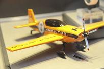 模型橘色飞机