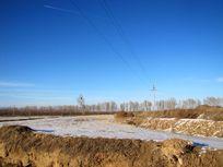 覆盖在农田上的薄雪