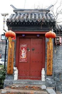 老北京青砖墙青瓦红木门