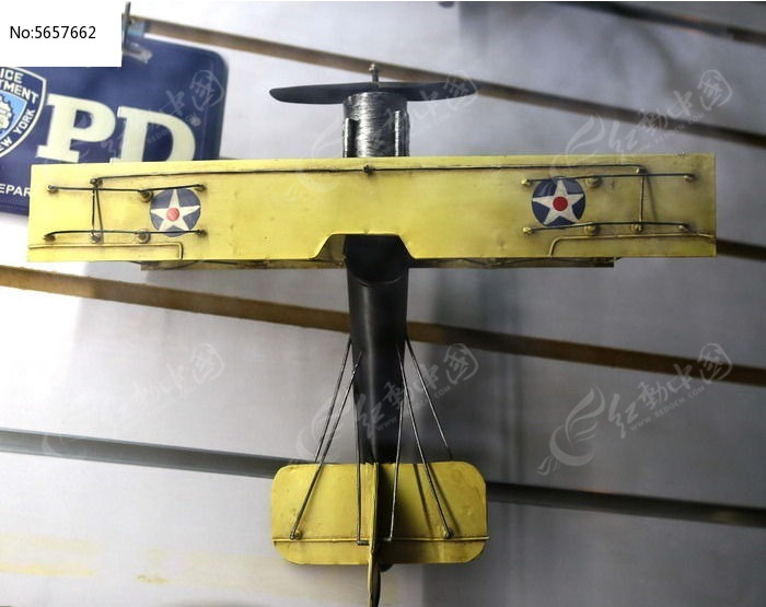 老式黄色螺旋桨飞机模型