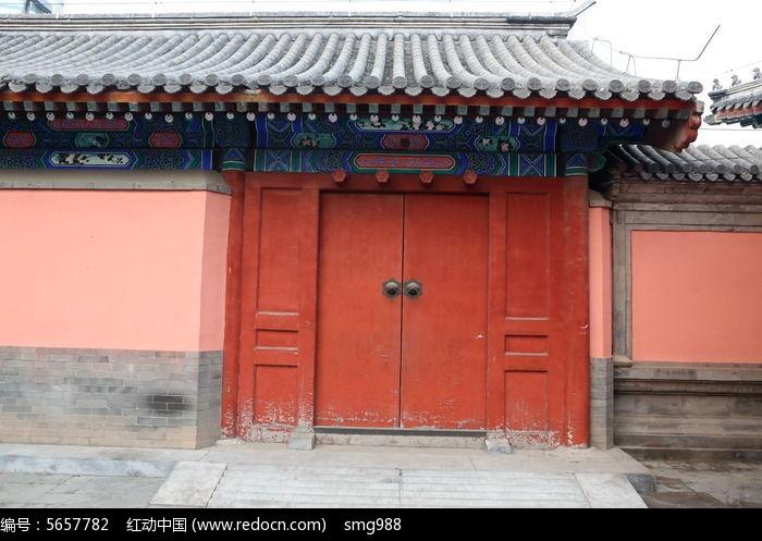 青瓦屋檐和传统中式红色木大门图片
