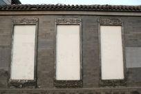 青砖墙上的白底边框