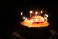 生日许愿的幸福少女