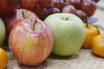 摆拍新鲜苹果水果特写图片