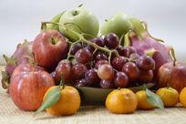 摆拍新鲜葡萄苹果水果特写图片