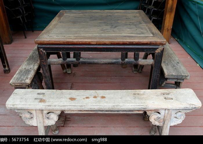 传统的旧家具木方桌和长板凳图片