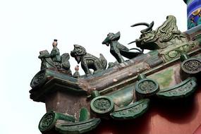 颐和园龙王庙屋顶绿色琉璃狮子和小人雕像