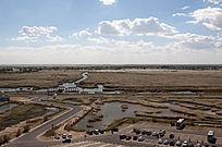 俯拍湿地纵横交错的水系与芦苇荡