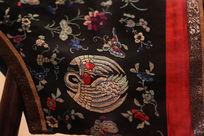 清代晚期红地服装上圆形仙鹤图案