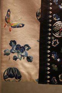 清代咸丰蓝色团龙衣服袖口蝴蝶花朵图案