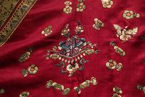 清代咸丰紫红缎衣服蝴蝶攀花图案