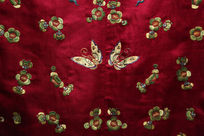 清代咸丰紫红缎衣服双碟并飞图案