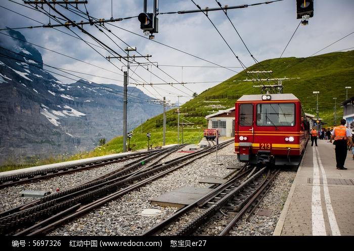 登少女峰的齿轮火车与铁轨图片