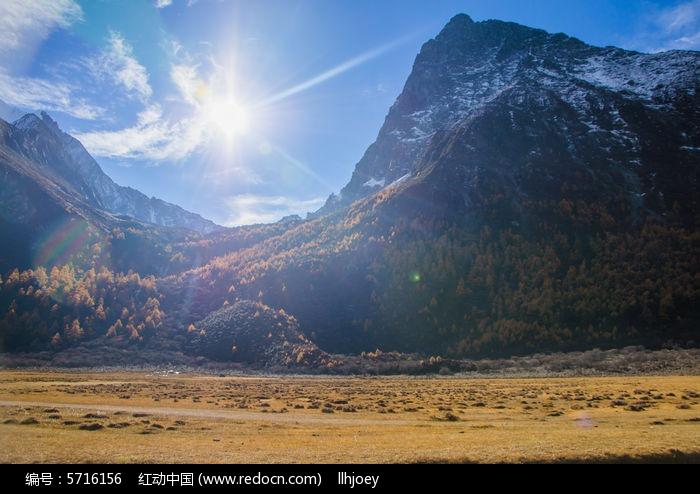 阳光照耀在高山上