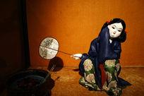取材唐代绘画的绢塑《捣练图》(局部)