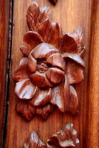 红木雕刻的花朵图案