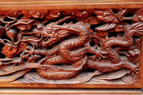 红木雕刻的龙纹图案