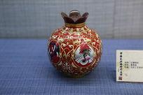 景泰蓝制作的红地仙鹤花纹瓶