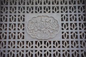 古典窗户上的花卉花纹