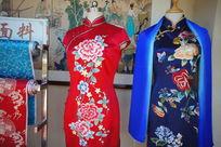 红色和蓝色的绣花丝绸旗袍