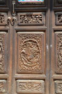 木门上的貔貅雕刻