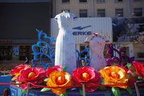 用丝绸制作的花朵与旗袍
