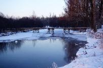 不冻河木桥冰雪风光