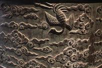 古代大钟上的云纹和凤凰图案铜雕
