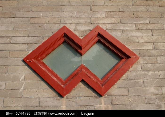 青色砖墙上红色w形状窗户线条图片,高清大图_线条边框