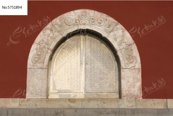 红墙上石雕拱形对开窗户图片