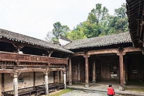 会源堂古戏台的一侧观戏楼