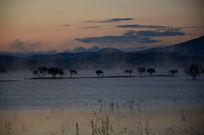 早晨的沼泽湖泊
