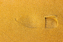 金黄色沙滩上清晰的脚印