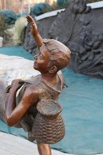 儿童铜雕背鱼篓的小男孩背面雕像