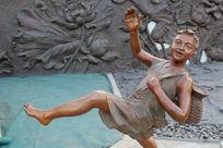 儿童铜雕背鱼篓的小男孩雕像