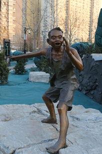 儿童铜雕穿汗衫的小男孩雕像