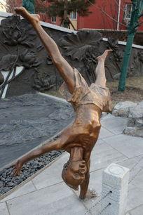 儿童铜雕倒立的小男孩雕像