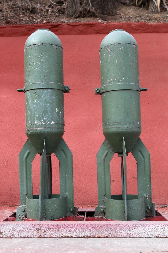 国产绿色圆柱形四尾叶航空炸弹