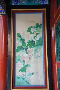 墙壁上的仙鹤与荷花绘画