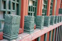 刷漆的木雕栏杆