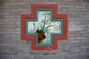 灰墙壁和十字形古典窗户