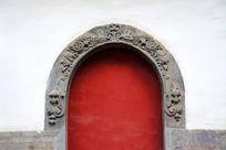 浮雕装饰的红门